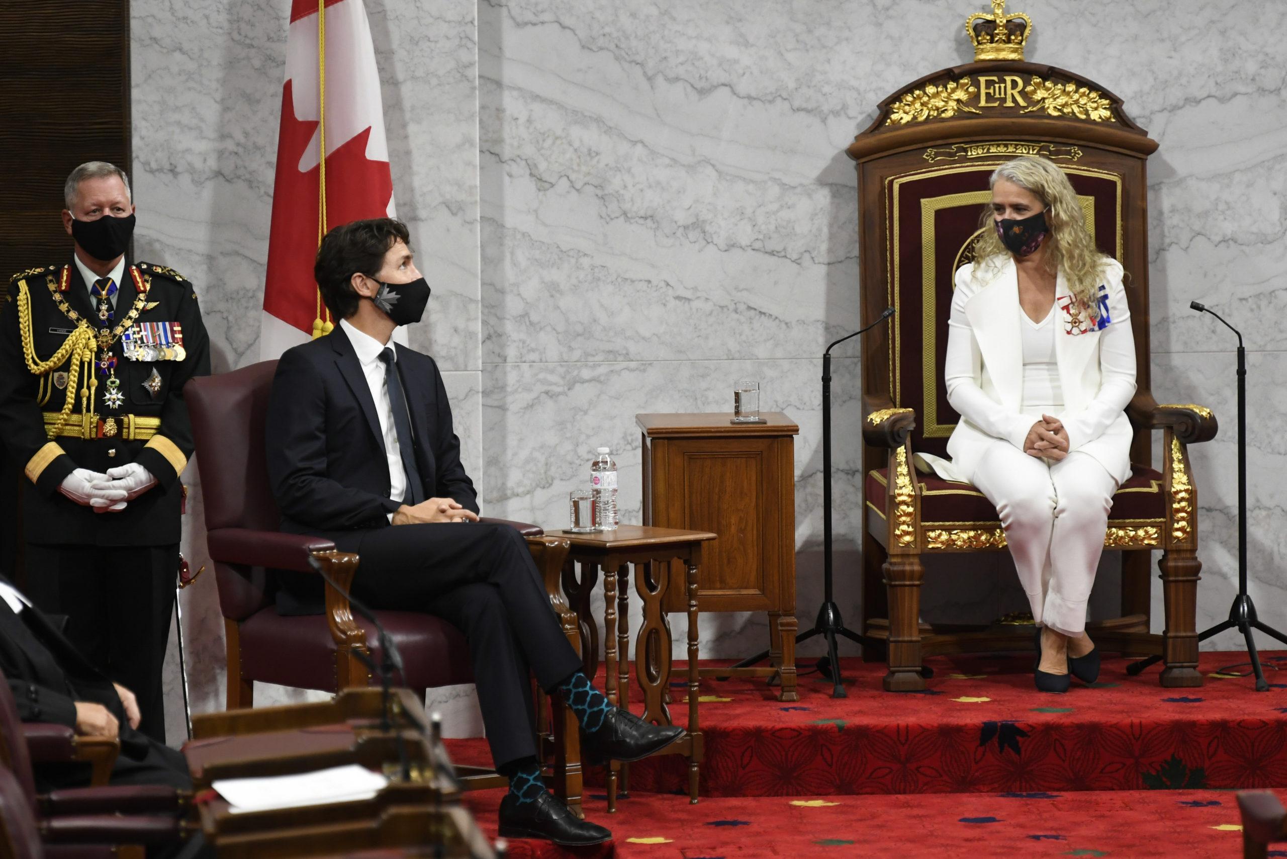 Le premier ministre Justine Trudeau est à la gauche de la Gouverneure Générale, Sylvie Payette. Les deux arborent un masque.