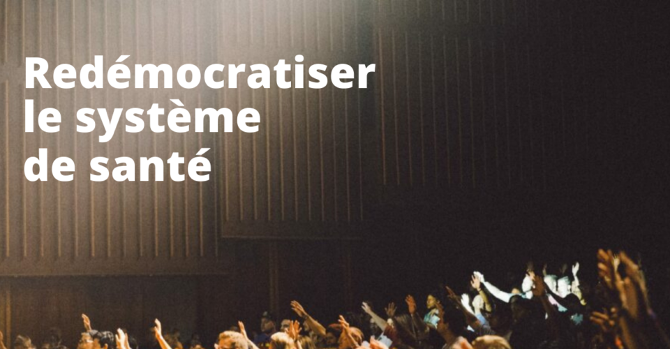 """""""Redémocratiser le système de santé"""" voit-on sur une image d'assemblée ou on a les mains levées."""